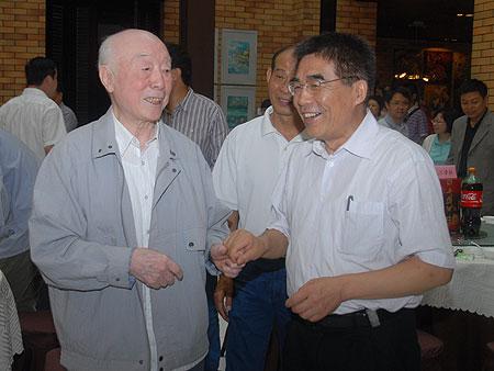 教授的学术工作简历.   校长徐德 耿维恕教授坚持工作在教学第一线
